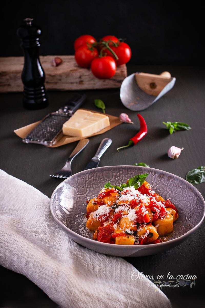 Albóndigas de ricotta con salsa de tomate y albahaca