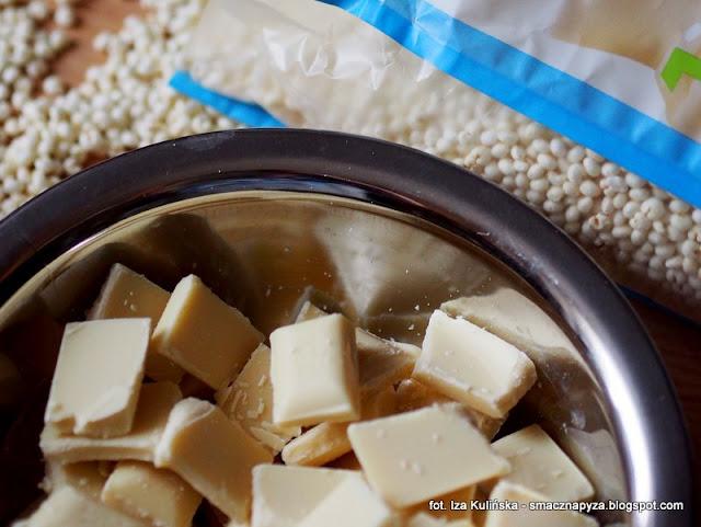 slodkie choinki z bialej czekolady i prosa ekspandowanego, male choineczki czekoladowe, figurki z bialej czekolady, choinki z prosa i czekolady, proso ekspandowane, biala czekolada, desery na bozenarodzenie