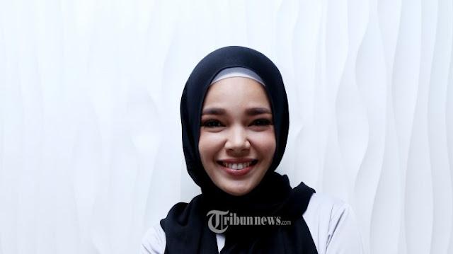Cukup Modal Satu Peniti, Jilbab Dewi Sandra Jadi Tren