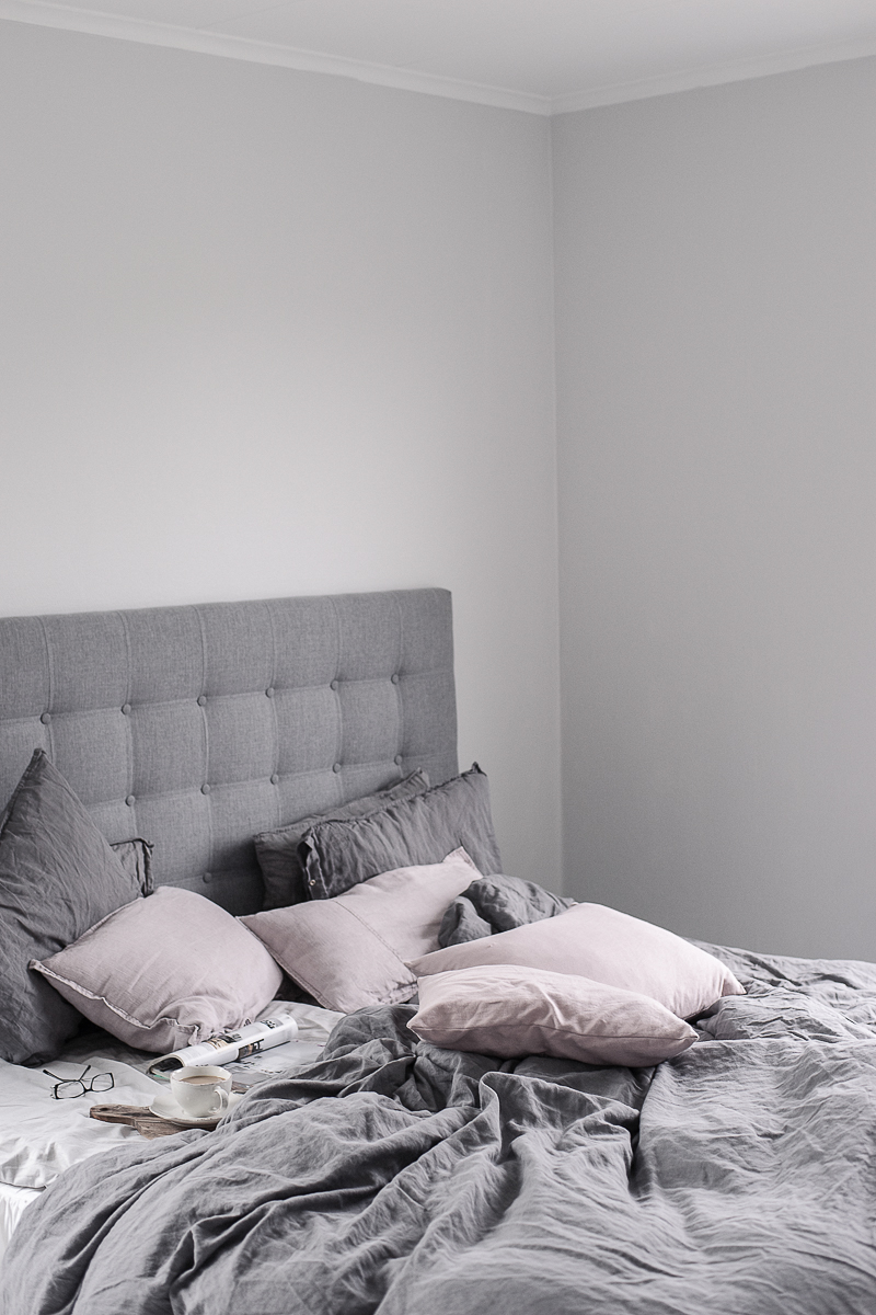 Home 2 Tiny: Sovrum i grått, vitt och rosa