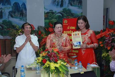 Bà Nguyễn Thị Phấn trao quyết định cho Trưởng và Phó Văn Phòng Đại Diện