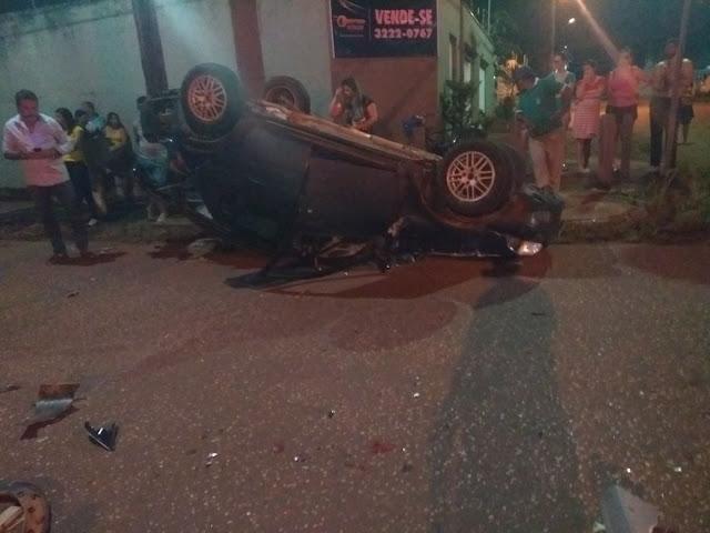 Em cruzamento na Capital, veículos colidem e um capota