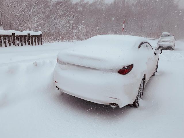 被雪覆蓋的車子