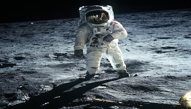 Astronot Di Bulan