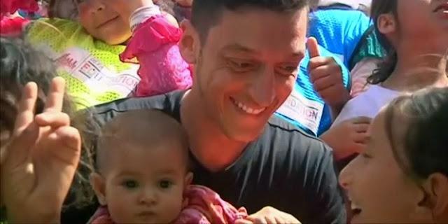 Masya Allah, Anak-Anak Suriah Kembali Bisa Tersenyum Setelah Mesut Ozil Berkunjung