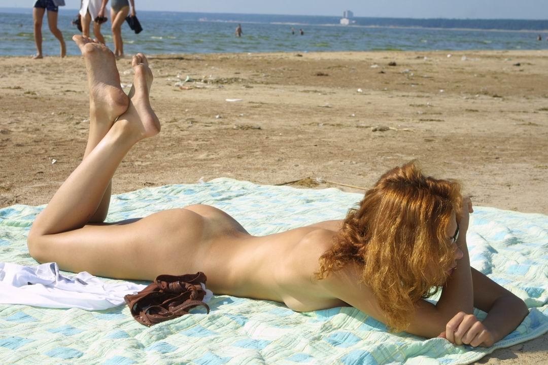 Голые девушки на пляже при всех