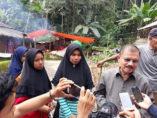 Bupati Ali Mukhni Letakkan Batu Pertama Pembangunan Rumah Evika Marlina