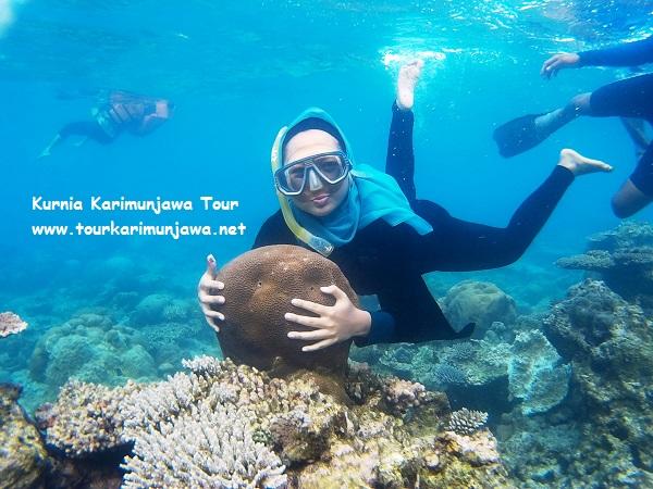 foto snorkeling di karimunjawa pegang karang