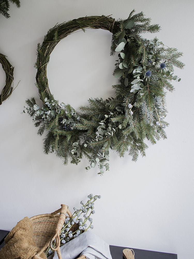 Asymmetrical wreath via Blomsterkrans