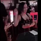 garçonete com experiência pra atender quando bar estiver lotado, essa moça resolve..