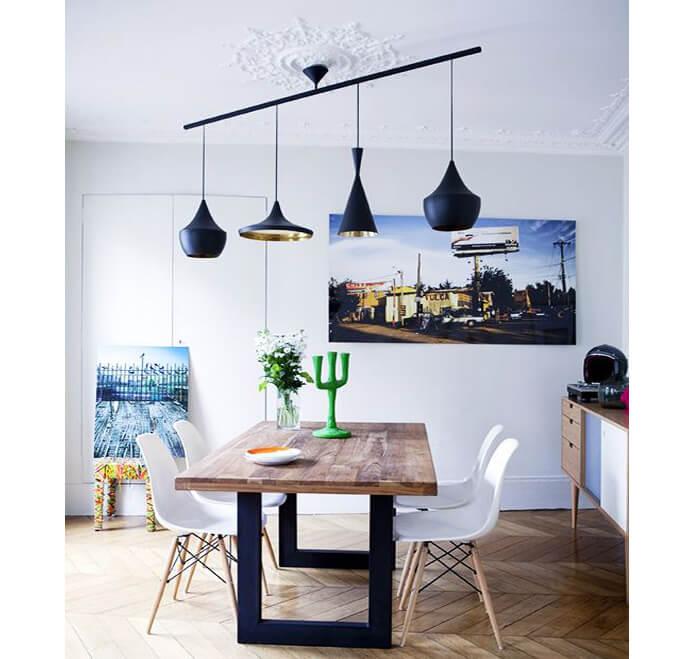 Combinazione di lampade a sospensione diverse per illuminare tavolo cucina
