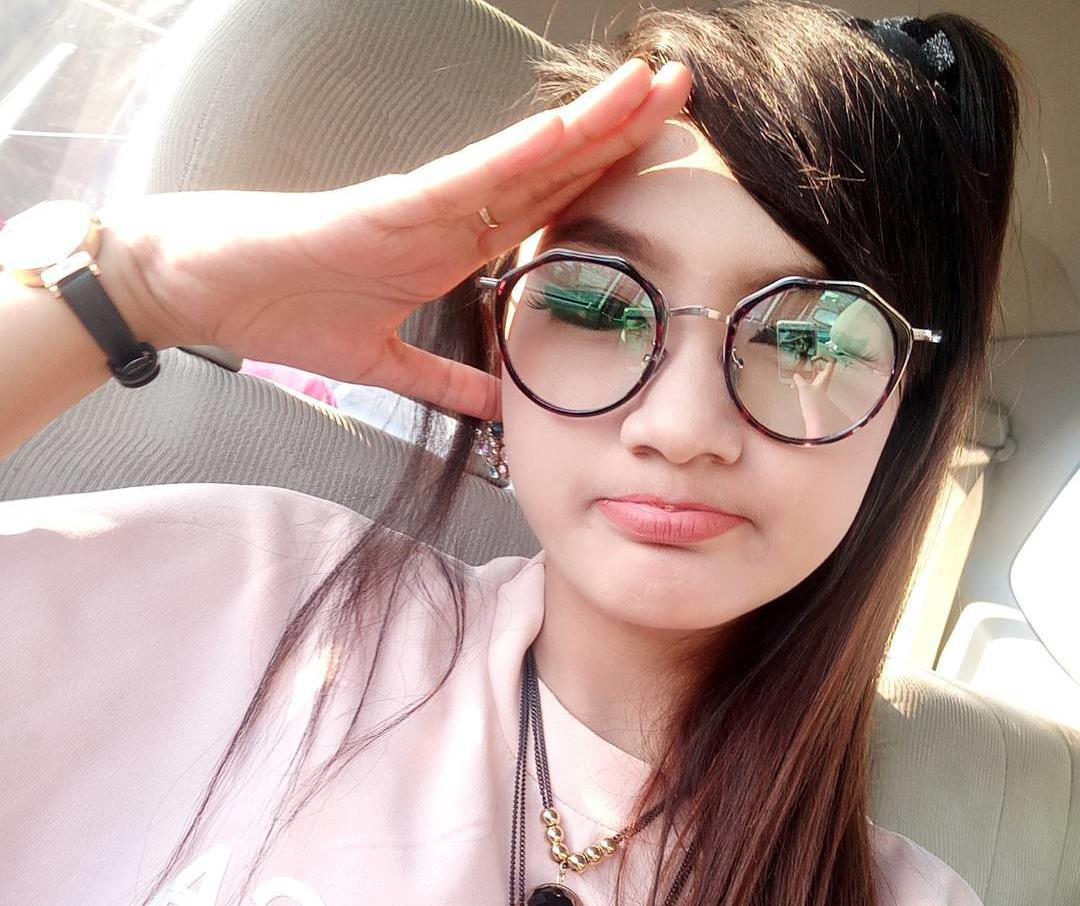 Jihan Audy Pakai Kacamata