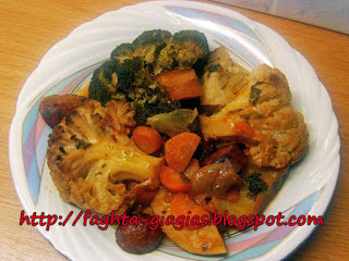 Λουκάνικα με μπρόκολο και κουνουπίδι στη γάστρα - από «Τα φαγητά της γιαγιάς»