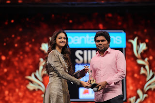 Keerthy Suresh Giving Awards to Winners at SIIMA Awards 2019 1