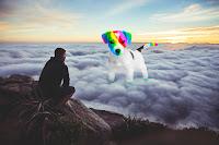 El perro arcoíris sonríe en Cice con humano en las nubes