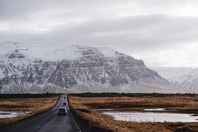 Carretera Islandesa donde se debe conducir con seguridad y precaución