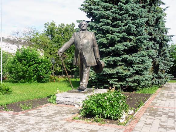 Сумы. Памятник М. С. Щепкину возле одноимённого театра