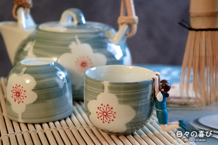 fuchiko sur tasse avec theiere et chasen en arrière plan