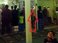 Foto Saat Shalat Berjamaah di Mas Ini Jadi Viral, Lihat Sosok Ini Di Langit-Langit Masjid!