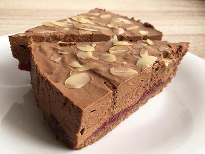 Pyszne ciasto czekoladowe bez pieczenia z malinami