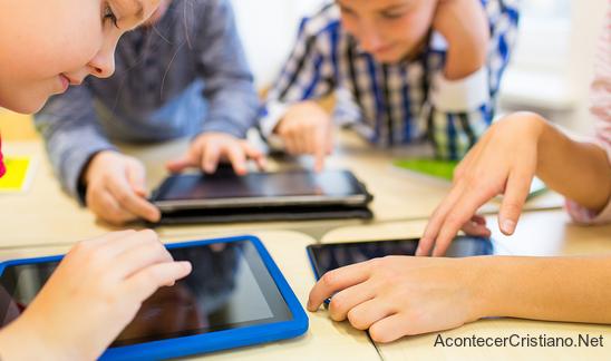 Niños usando tabletas digitales