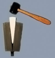 Tokmakla vurarak kama ile odun yarmak