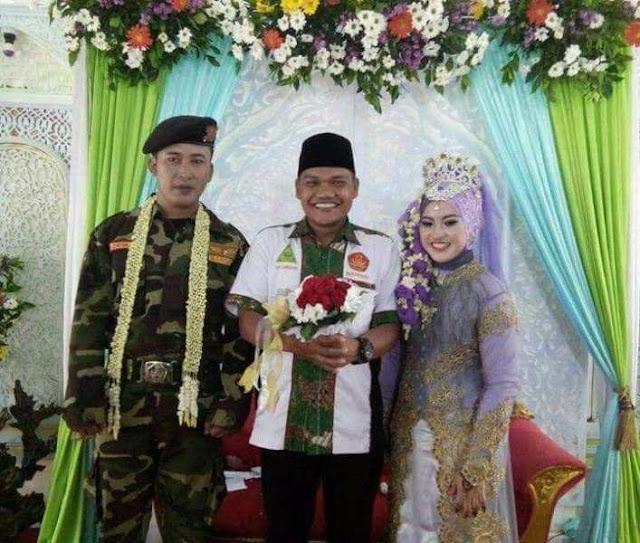 Sangat Cinta NU, Pemuda Ini Menikah Berseragam Banser