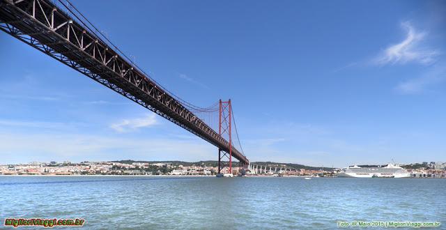 Ponte sobre Rio Tejo liga Lisboa a Almada