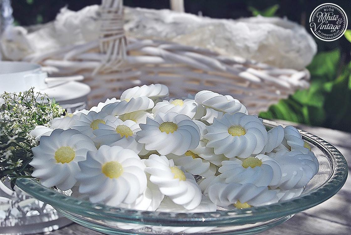 Dekorationen mit Blumen.