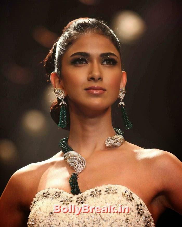 Reha Sukheja, Sonam Kapoor Pics in White Saree - IIJW Finale 2014