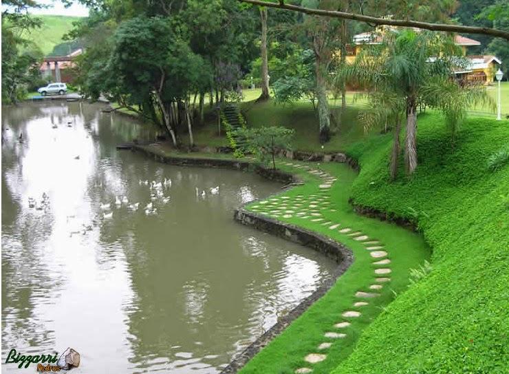 Nesse sítio em Nazaré Paulista-SP a construção do lago e os caminhos de pedra com cacão de São Tomé com a execução do paisagismo e no talude a grama amendoim.