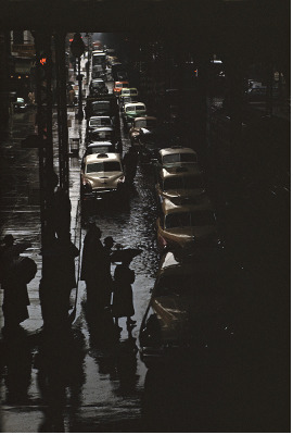 http://one-photo-day.tumblr.com/post/161059658304/new-york-1952-by-ernst-haas