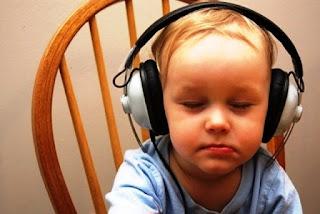 Foto gambar bayi lucu mendengarkan musik 23