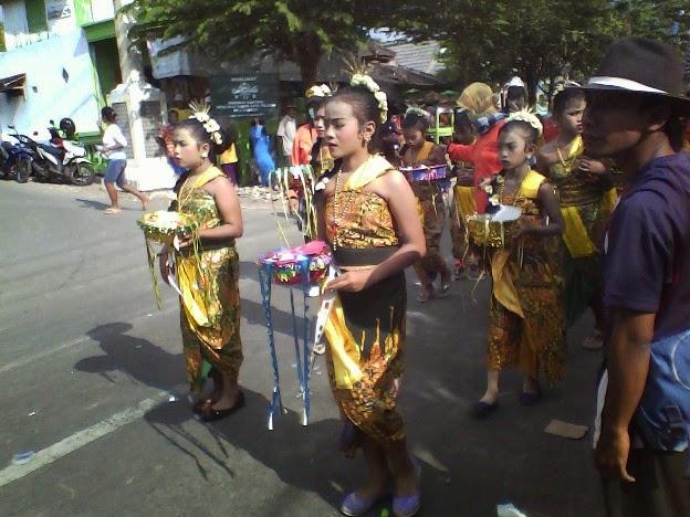pakaian adat bali SD Negeri Mulyorejo karnaval Singgahan Tuban