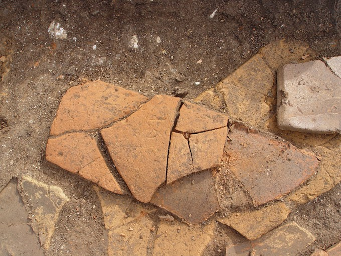 Εγχάρακτη κεραμίδα από τον οικισμό των ύστερων ρωμαϊκών χρόνων της Κυπαρισσίας.