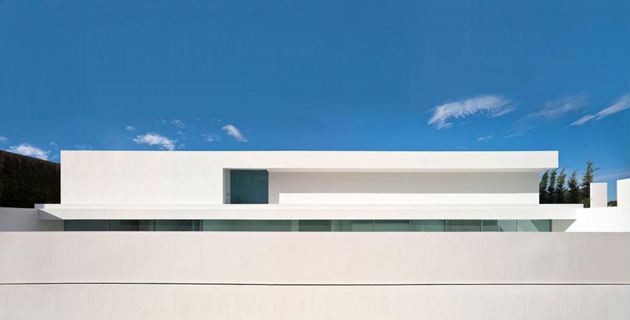 Acervo arquiholics casa minimalista em terreno inclinado for Case realizzate da architetti