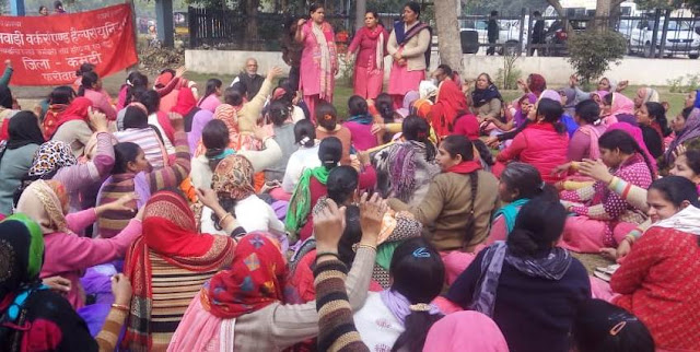 Anganwadi workers and helper deputy commissioner's office continue indefinitely in front of Faridabad