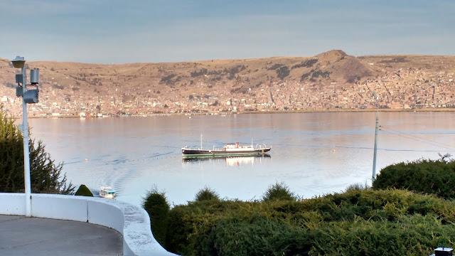 Barco Yavari en Lago Titicaca desde Isla Esteves, Perú