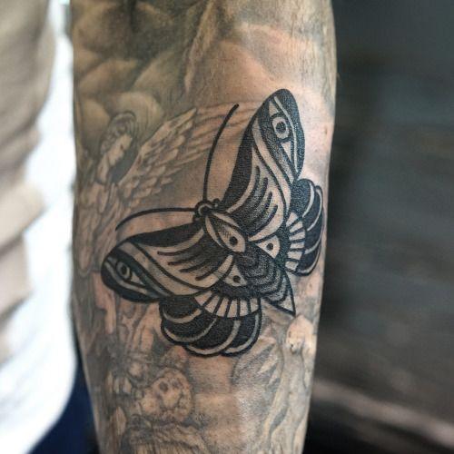 Borboleta preta no Braço de Tatuagem