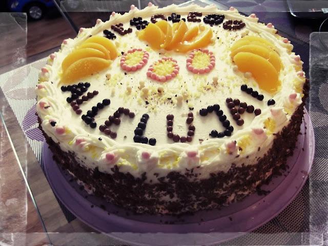 tort wielkanocny kokosowy stracciatella z brzoskwiniami i czekolada bita smietana