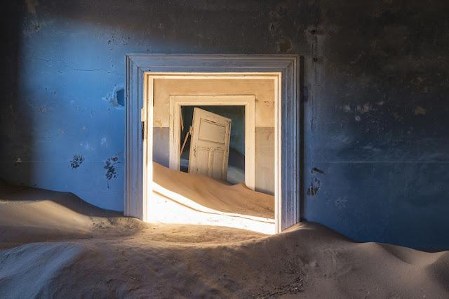 Uma mina de diamantes feita em Kolmanskop, na Namíbia, foi abandonada na década de 1950. O deserto levou de volta o que restava