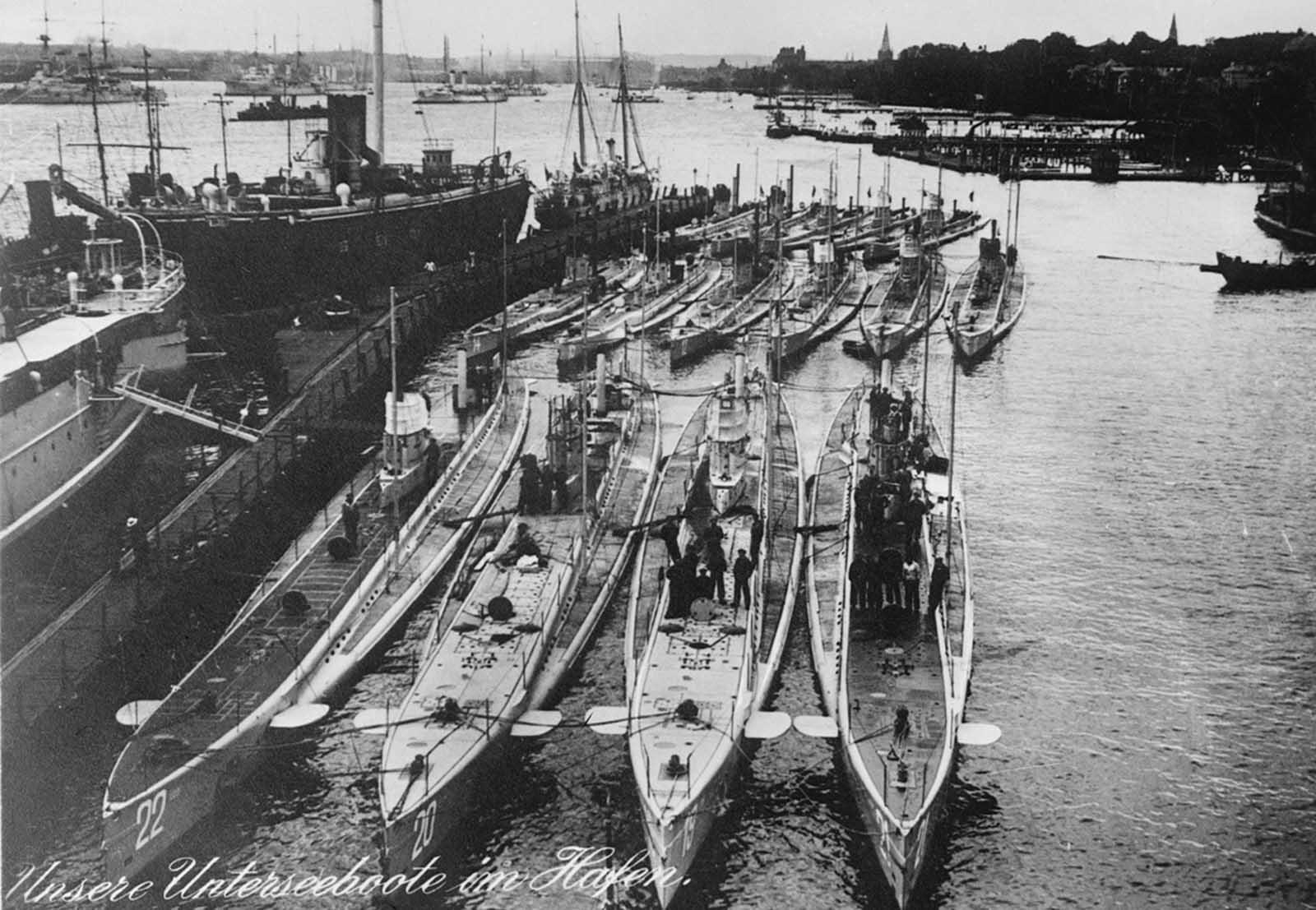Submarinos alemanes en un puerto, el título, en alemán, dice
