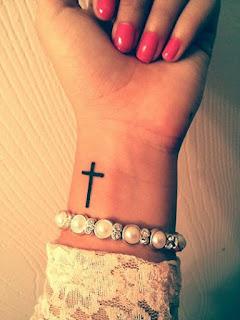 tato salib di tangan wanita