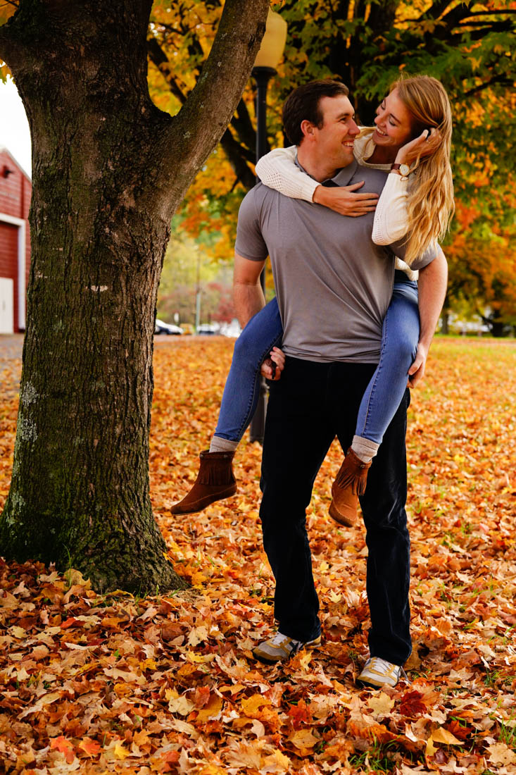 couple-poses-fall-foliage