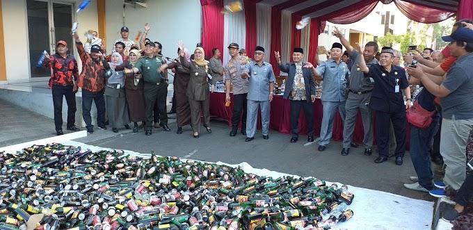 Jelang Ramadhan, Satpol PP Musnahkan Ribuan Botol Miras