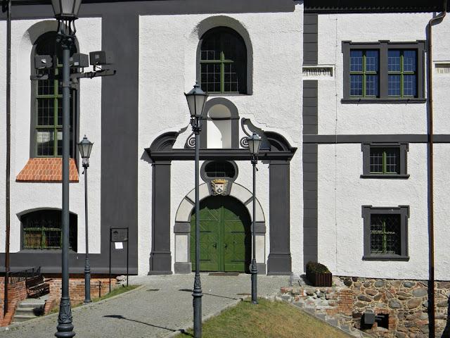 W kożuchowskim zamku znajduje się dom kultury i biblioteka.