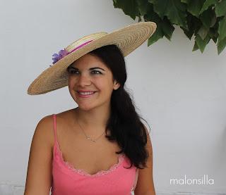 sombrero tipo canotier de ala ancha inclinado para invitadas boda