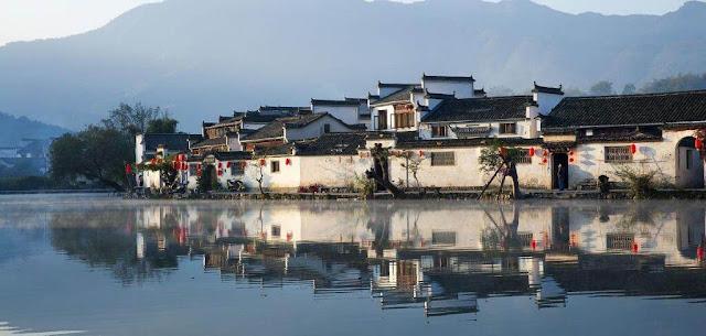 Hoành Thôn là ngôi làng cổ nằm dưới chân núi Hoàng Sơn, với một số công trình có từ thời nhà Minh, Thanh được bảo vệ tốt nhất ở Trung Quốc. Hoành Thôn cũng là địa điểm thường xuyên được lựa chọn làm bối cảnh lịch sử trong những bộ phim. Phần lớn ngôi làng, cùng với thôn Tây Đệ gần đó, được công nhận là di sản thế giới vào năm 2000.