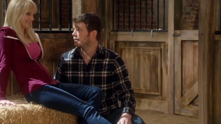 Anna Faris y Chris Pratt en una escena de la cuarta temporada de Mom