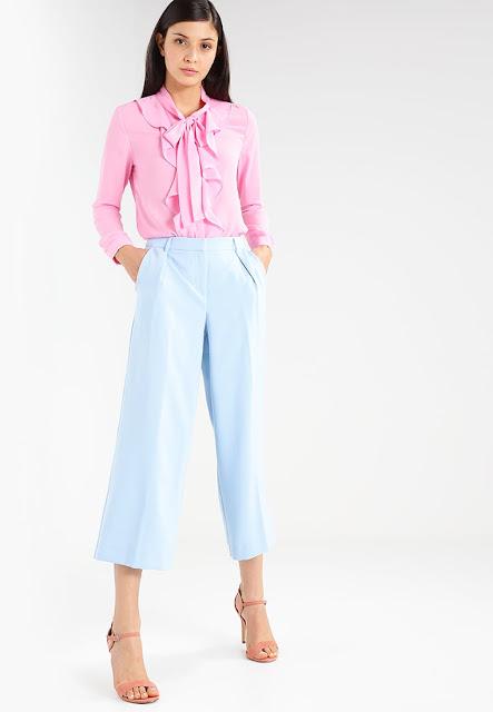 look donna in rosa e azzurro polvere